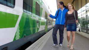 Benjamin Leung ja Tilda-Laura Vanhatalo Lahden rautatieasemalla.