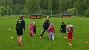 Tyttöjä jalkapalloharjoituksissa