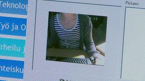 Nuori nainen nettikameran kuvassa.