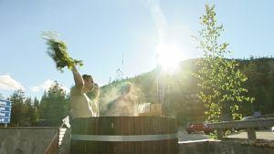 Miehet peseytyivät kylpytynnyrissä Pyhätunturilla, Pohjois-Suomessa.