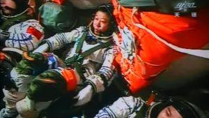 Kiinalaiset taikonautit Shenzhou 9 -aluksessaan valmiina telakoitumaan.