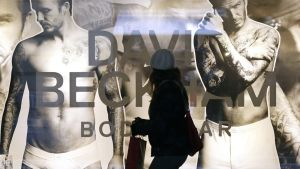David Beckhamin alusvaatemalliston mainoskampanja vaateliikkeen näyteikkunassa.