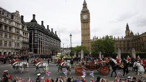 Kuningatar Elisabet II:n vaunukulkue ohittaa Parlamenttitalon ja Big Ben -kellotornin.