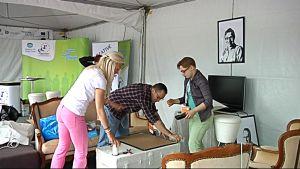 Nuoret yrittäjät rakentamassa osastoaan EM-kisojen tapahtumapuistossa.