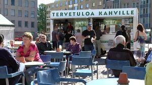 Ihmisiä Kotkan Tori-Kahvilassa.