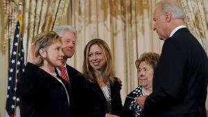 Hillary Clinton vannomassa ulkoministerin virkavalaansa varapresidentti Joe Bidenille.