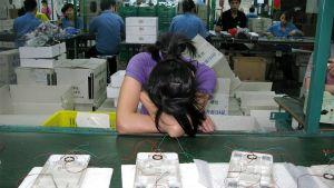 Työntekijä lepäämässä työnsä ääressä.