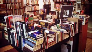 Kirjapinoja kirjakaupassa.