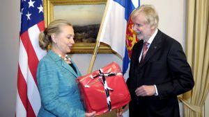Erkki Tuomioja lahjoitti Marimekon laukun Hillary Clintonille Helsingissä