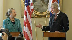 Ulkoministerit Hillary Clinton ja Erkki Tuomioja lehdistötilaisuudessa.