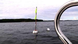 Verkkomerkki järvessä