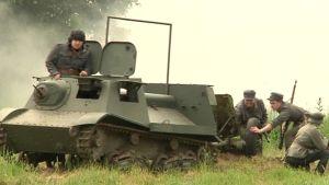 Panssariprikaatin taistelunäytös ja vuosipäivän paraati 2012.
