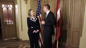 Yhdysvaltain ulkoministeri Hillary Clinton ja Latvian ulkoministerin Edgars Rinkevics.
