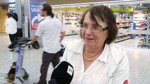 Anneli Sarkkinen lentokentällä.