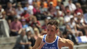Jonathan Åstrand juoksee.