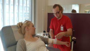 Sairaanhoitaja Iikka Konola työskentelee Oulun Veripalvelutoimistossa.