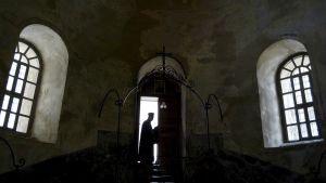Pappi Kristuksen syntymäkirkon ovella Betlehemissä.