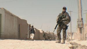 Suomalainen rauhanturvaaja partioimassa Afganistanissa 2009.