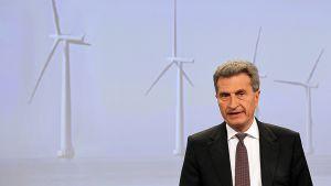 Euroopan unionin energiakomissaari Günther Oettinger puhumassa lehdistötilaisuudessa.