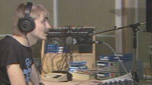 Radio 957:n toimittaja työssään