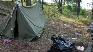 teltta, jonka ympärillä paljon roskia