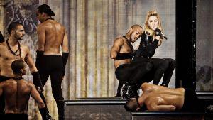 Madonna ja tanssijoita lavalla.
