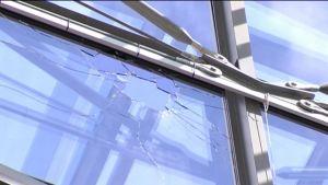 Kauppakeskus Isossa Omenassa rikkoutunut lasiseinä.