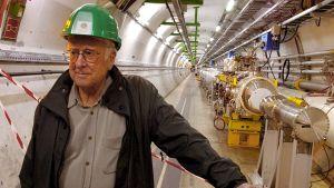 Peter Higgs CERN:n hiukkaskiihdyttimen tunnellissa.