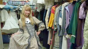 Pukuvuokraamossa Anni Maula esittelee mielikuvitusystävän linnaneitomaista pukua