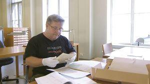 Jarmo Raitio Kansalliskirjastolla Helsingissä tutkimassa vanhoja arkistomateriaaleja.