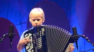 8-vuotias Kalle Makkonen Jyväskylästä soittaa Hopeinen Harmonikka -kilpailussa heinäkuussa 2012 Sata-Häme Soi -juhlilla Ikaalisissa.