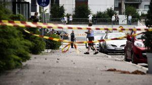 Poliisin eristämää aluetta rakennustyömaan vieressä räjähdyksen jälkeen.