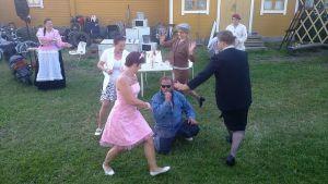 Kohtaus Tuuloksen Ruuttanäyttämön kesän 2012 näytelmästä Poikamiehen pesäpuu