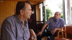Reijo Taipale ja festivaalijohtaja Arto Saksa istuvat kahvilassa