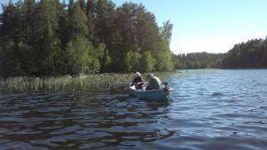Kaksi kalastajaa veneessä.