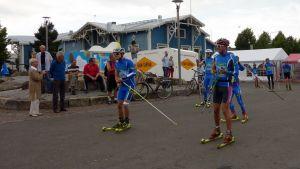 Yhdistetyn maajoukkue hiihtää rullahiihtotempauksessa