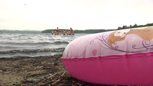 Lammin Ormajärven rannalla uimarengas, vedessä lapsia ja uimaopettajia
