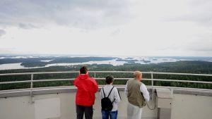 Turistit Puijon tornissa katsomassa maisemia.