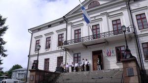 Puolustusministeri Carl Haglund piti Kristiinankaupungin markkinoiden avajaispuheen raatihuoneen portailla.