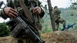 Separatistiryhmä FARC:n jäseniä partioimassa lähellä tietä Keski-Kolumbiassa.