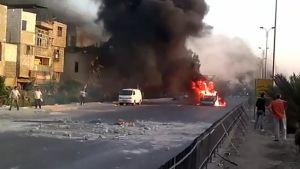 Kuva Syyrian opposition Shaan News Networkin julkaisemasta videosta, joka näyttää palavan auton Damaskoksessa 16. heinäkuuta.