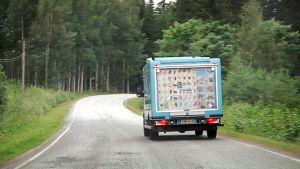 Jäätelöauto tiellä.