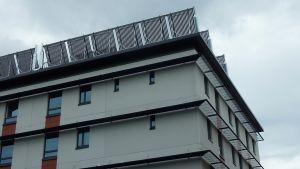 Aurinkokeräimiä nollaenergiakerrostalon katolla Kuopiossa
