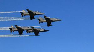 Kuvassa Suomen ilmavoimien Midnight Hawks -ryhmä kuviolennossa.