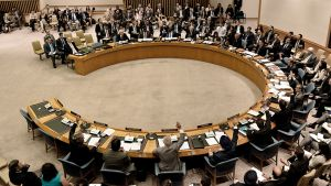 YK:n turvallisuusneuvoston jäsenmaiden edustajia äänestämässä Syyria-päätöslauselmasta.