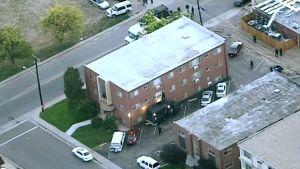 Poliisin joukkoja ampujan kodin ulkopuolella.