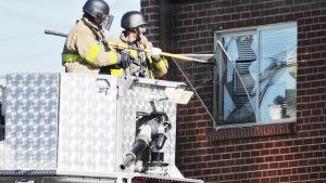 Poliisi rikkoi epäillyn asunnon ikkunan Denverissä, Coloradossa, 20. heinäkuuta 2012.
