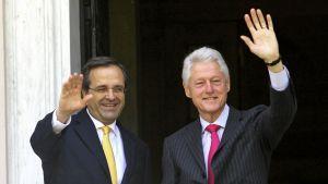 Kreikan pääministeri Antonis Samaras toivottaa Bill Clintonin tervetulleeksi Ateenassa.