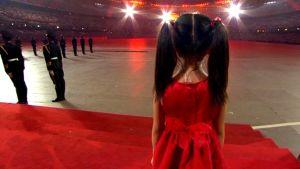 Laulava tyttö Pekingin olympialaisten avajaisissa.