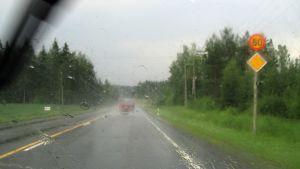 Kuva auton ikkunasta sateella